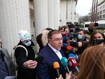 Министър Ангелов обяснява пред кметството в Бургас ситуацията с коронавируса.