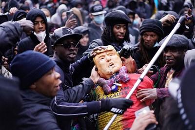 Вижте как мина протестът срещу расизма в Лондон (Снимки)