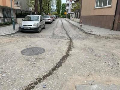"""Изтеклото масло по улица """"Луда Яна"""" от повредения автомобил."""