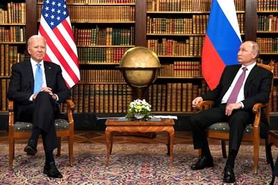 В началото на срещата президентите стояха, без да се поглеждат. СНИМКА: РОЙТЕРС