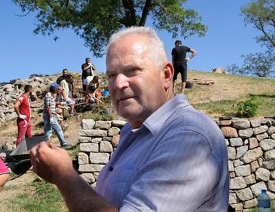 При разкопките ще бъде разкрита цялата южна крепостна стена, казва директорът на пловдивския археологически музей доц. Костадин Кисьов СНИМКА: Радко Паунов