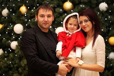 Вивиян с мама и татко по Коледа през 2014 г.  СНИМКА: ФЕЙСБУК
