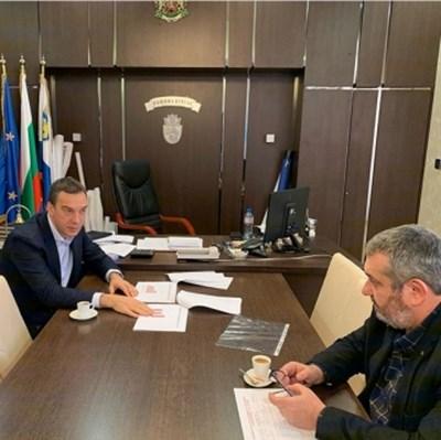 Кветът Димитър Николов и шефът на РЗИ Бургас д-р Георги Паздеров обсъдиха ситуацията ден преди заседанието на комисията.