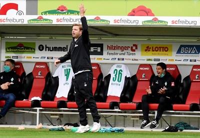 """Треньорът на """"Вердер"""" Флориан Кофелт и помощникът му Илия Груев реагират емоционално по време на мача във Фрайбург. СНИМКА: РОЙТЕРС"""