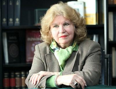 Проф. Аксиния Джурова спасява човека с книга