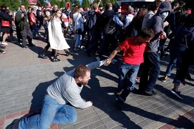 Беларуски правозащитници съобщават, че са задържани 234 участници в протестните акции СНИМКИ: Ройтерс