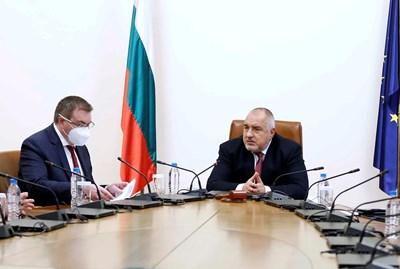 Във вторник премиерът Бойко Борисов обсъди  със здравния министър проф. Костадин Ангелов и щаба възможно разхлабване на мерките.