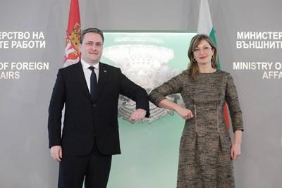 Вицепремиерът Екатерина Захариева и сръбският външен министър Никола Селакович преди срещата на четири очи.  СНИМКА: МВнР