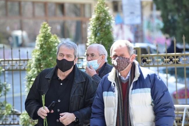 Режисьорът Евгени Михайлов и бившият депутат Методи Андреев. Зад тях е Лютви Местан бяха дошлите да изпратят Коритаров.