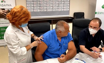 Бойко Борисов се ваксинира, но не носеше маска.