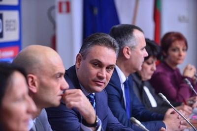Председателят на КОНПИ Пламен Георгиев говори за несъответствието в доходите на Иво Прокопиев. СНИМКА: ЙОРДАН СИМЕОНОВ