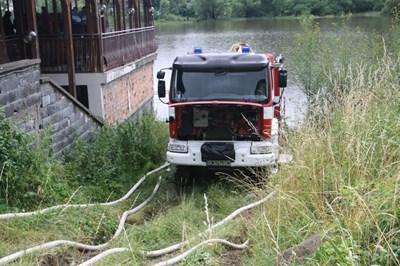 2500 литра в минута се източват от едно от смолянските езера с пожарен автомобил и потопяема помпа СНИМКА: Валентин Хаджиев