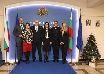 """Мария Габриел и министър Кралев обсъдиха приоритетите в секторите """"Спорт"""" и """"Младеж"""""""