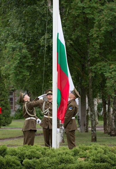 На тържествена церемония с издигане на националния ни флаг България се присъедини към центъра за върхови постижения за киберотбрана на НАТО СНИМКИ: пресцентърът на МВнР
