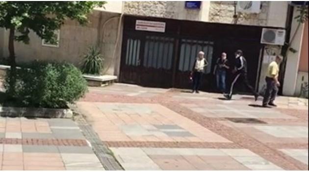Банковият обирджия в Дупница е бивш полицай в депресия. Стрелял в ключалката на вратата, но се наранил