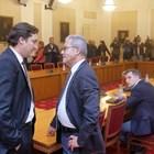 Крум Зарков от БСП и Йордан Цонев от ДПС се поздравяват преди срещата на четирите парламентарни партии да започне.  СНИМКА: ЙОРДАН СИМЕОНОВ