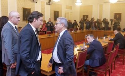 Опозицията: Нова комисия да поправи Изборния кодекс. ГЕРБ: Нинова иска да превари Радев (Обзор)