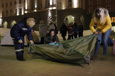 След срещата с премиера Бойко Борисов протестиращите цяло денонощие преди това медицински сестри събраха палатките, които бяха разпънали под прозорците на Министерския съвет. СНИМКА: РУМЯНА ТОНЕВА