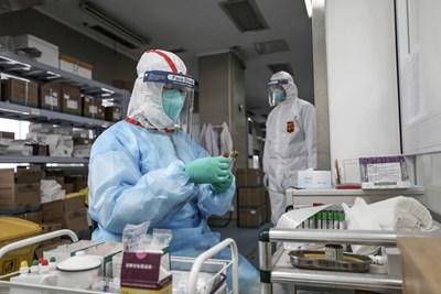 По света има много медицински лица, които са заразени с коронавируса. СНИМКА: РОЙТЕРС