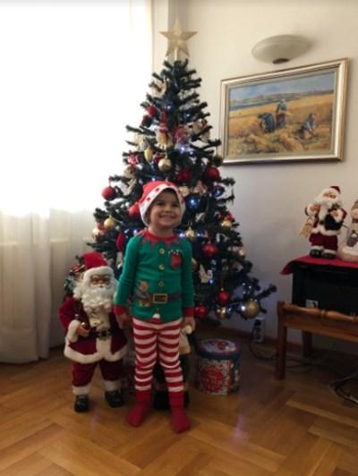 2-годишният Максим от Ботевград усмихнато позира пред елхата, държейки за ръка Дядо Коледа и нетърпеливо чака коледните подаръци