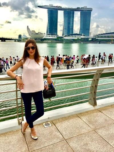 Маринела в една от обедните почивки, докато работи в Сингапур.