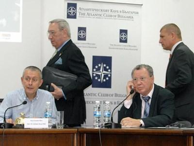 Д-р Ели Кармон /седналият вдясно/ по време на конференцията за поуките от 11 септември заедно с председателя на Атлантическия клуб в България Соломон Паси. СНИМКА: Румяна Тонeва