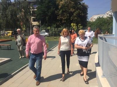 "Йорданка Фандъкова и кметът на ""Младост"" Румен Русев разгледаха новата детска градина."