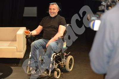 Мутафчиева излезе на сцената в моторизирана и святкаща количка, но после се премести на дивана, пя и дори танцува. Снимки ЙОРДАН СИМЕОНОВ СНИМКА: 24 часа