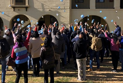 Американци, евакуирани от Ухан,  си хвърлят маските от радост след като приключи карантината им. Те бяха изолирани в Ривърдейл, Калифорния. СНИМКА: РОЙТЕРС