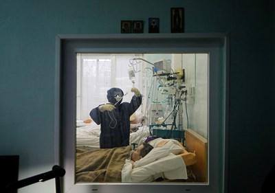 Заради тежкото протичане на вируса болничните за COVID-19 са едни от най-дългите. СНИМКА: РОЙТЕРС