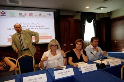 Асен Асенов (БДВО), Аня Павлова (ИМАГИНЕС), Мария Гергова (ИПРА) и Любомир Блатски от СБЖ (от ляво на дясно) на кръглата маса на пиарите СНИМКА: Йордан Симeонов