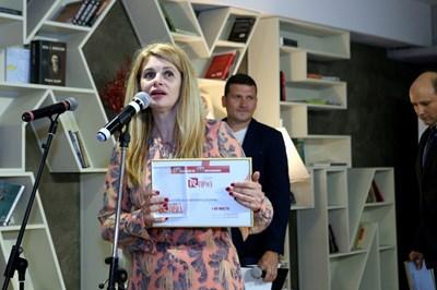 """Илияна Захариева, която е директор """"Корпоративни комуникации"""" в А1, приема едно от 8-те отличия, които телекомуникационната компания получи на конкурса."""