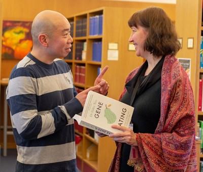 Професор Джайс Йо представя новата си книга за храненето и генетиката.