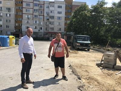 """Кметът на """"Тракия"""" Костадин Димитров (вляво) оглежда терена за новите паркоместа"""
