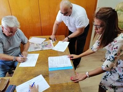Областният координатор на ППГЕРБ – Силистра регистрира в ОИК партията за  местните избори  СНИМКА: Пресцентър ГЕРБ - Силистра