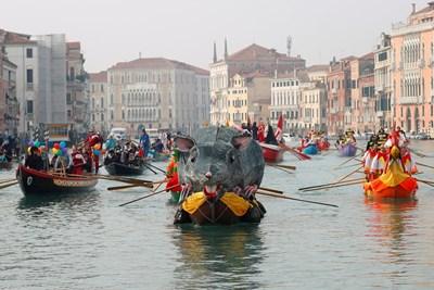 Карнавалът във Венеция отново изпълни града с туристи. Тази година обаче хотелите са заети само 70% заради наводненията или заради коронавируса.  СНИМКА: РОЙТЕРС