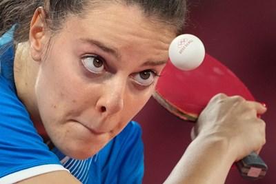"""Полина Трифонова е """"омагьосала"""" топчето с надпис Токио 2020 по време на най-дългия мач в живота си - 115-минутната седемгеймова драма, завършила с българска победа и класиране във втория кръг на олимпийския турнир по тенис на маса за жени. СНИМКИ: ЛЮБОМИР АСЕНОВ, LAP.BG"""