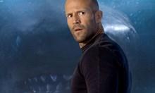 """Джейсън Стейтъм плува с истински акули преди снимките на """"Мега звяр"""""""
