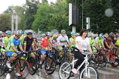 """Въпреки дъжда, Нинова даде старта от Габрово на колоездачното състезание за купа """"Бузлуджа"""". Снимки БСП"""