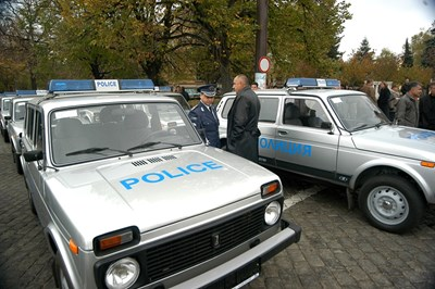 Бойко Борисов оглежда нови тогава Лада Нива, които връчва на полицията като главен секретар на МВР.