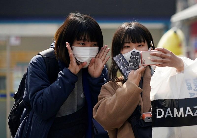 Момичета си правят селфи с маски в Южна Корея
