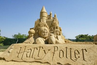 Героите от книгите за Хари Потър се появиха от пясък на плажа в Бургас.  СНИМКИ: ЕЛЕНА ФОТЕВА