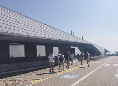 """Футболистите на """"Локо"""" (Пд) излизат от летището в Бърно.  СНИМКА: КЛУБЕН ФЕЙСБУК"""