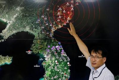 Южнокорейски специалист показва мястото, където най-силно е усетен трусът, предизвикан от ядрения опит на Пхенян. СНИМКА: РОЙТЕРС