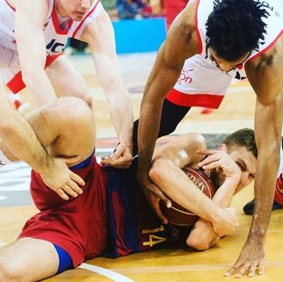 """Този кадър, демонстриращ борбеността на Веденков бе споделен от официалната страница на """"Барселона"""" в туитър с коментар """"тази топка е моя""""."""
