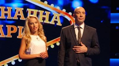 """Захари Бахаров и красивата му асистентка водят """"Националната лотария"""" по Нова тв."""
