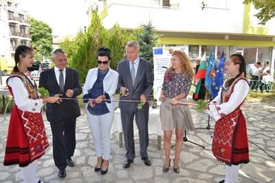 Деница Николова и кметът на Разлог инж. Красимир Генчев откриха напълно обновени пет жилищни блока в града. Снимки регионално министерство