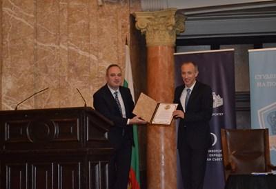 Ректорът на Софийския университет проф. Анастас Герджиков награждава министъра на образованието и науката Красимир Вълчев с почетен плакет по повод 130-годишнината на Алма  матер.