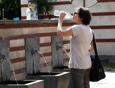 Столичанка се разхлажда с минерална вода до халите в София- СНИМКА: Десислава Кулелиева