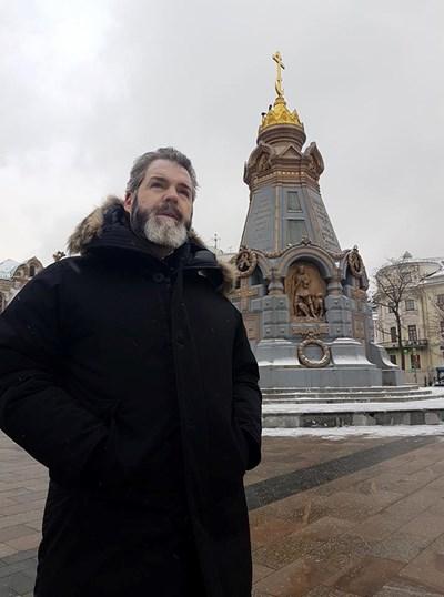 Митрополит Антоний пред паметника на героите от Плевен в Москва СНИМКИ: АВТОРЪТ